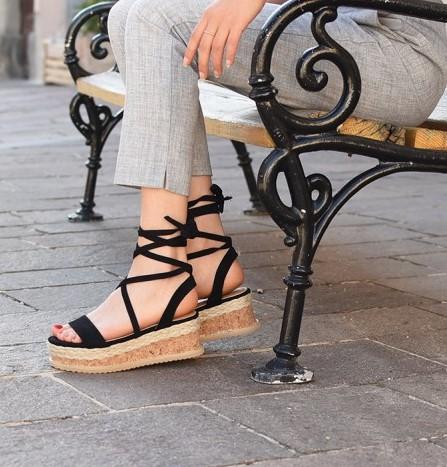 Poletne sandale s peto